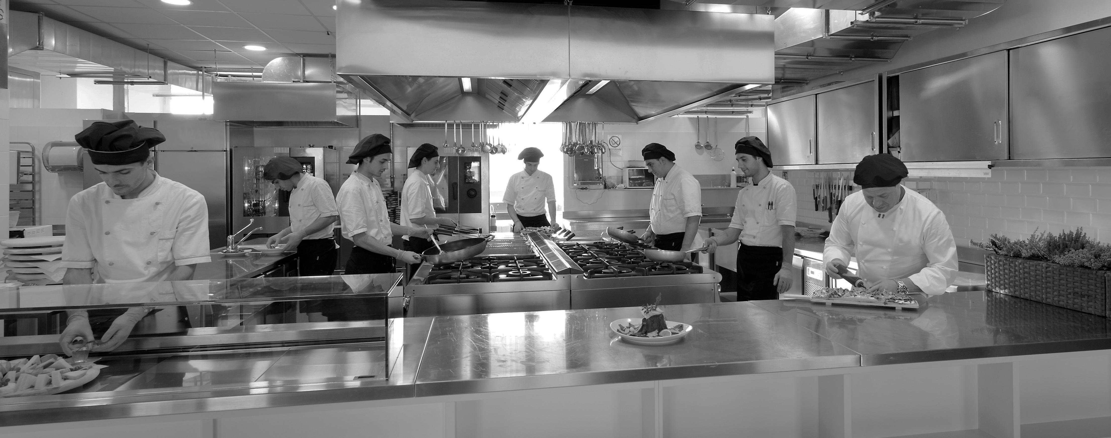 Cuochi a lavoro cucina professionale