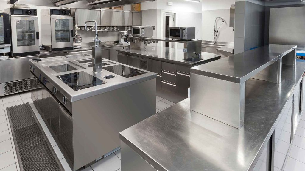 Impianto cucina su misura con monoblocco elettrico