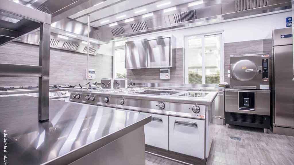 Cucina su misura con forno a pressione e soffitto aspirante