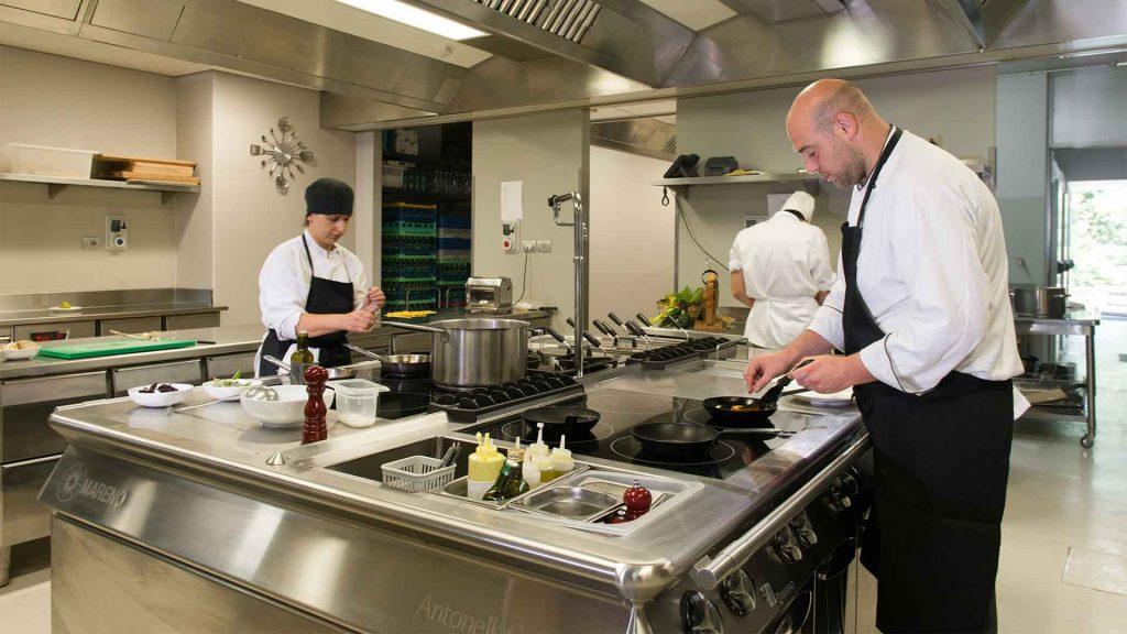 Cucina professionale ad isola con finiture arrotondate